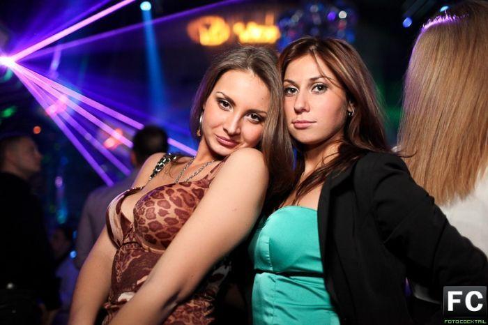 russkie-v-klube-video-zrelie-prishla