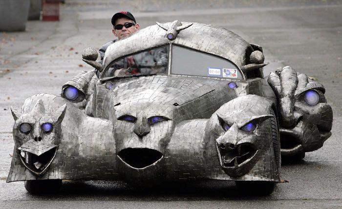 В центре экспозхиции автомобиль, который по праву можно назвать самым страшным в мире.