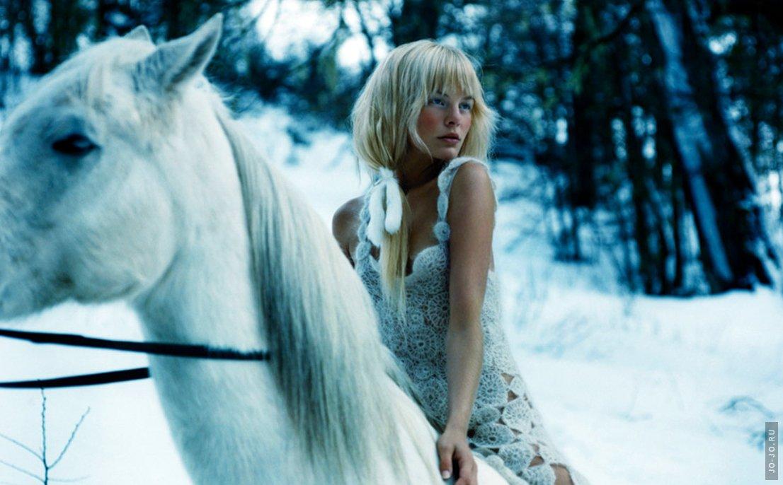 Фото Девушка на белом коне.