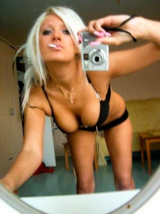 Рыжая голая девушка фоткает себя на телефон 25 фотография