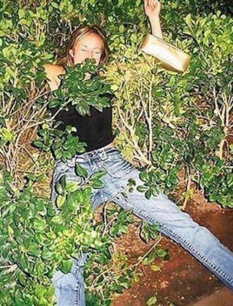 пьяная женщина в кустах