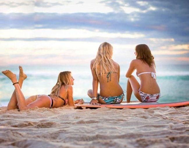 Бойфренды фотографируют подружек отдыхая у моря  230679