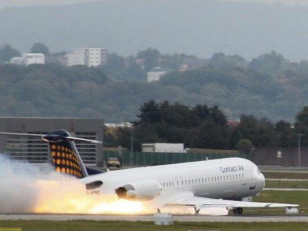 москва сургут вчера загорелся двигатель самолета видео пассажиров карточки таблицей