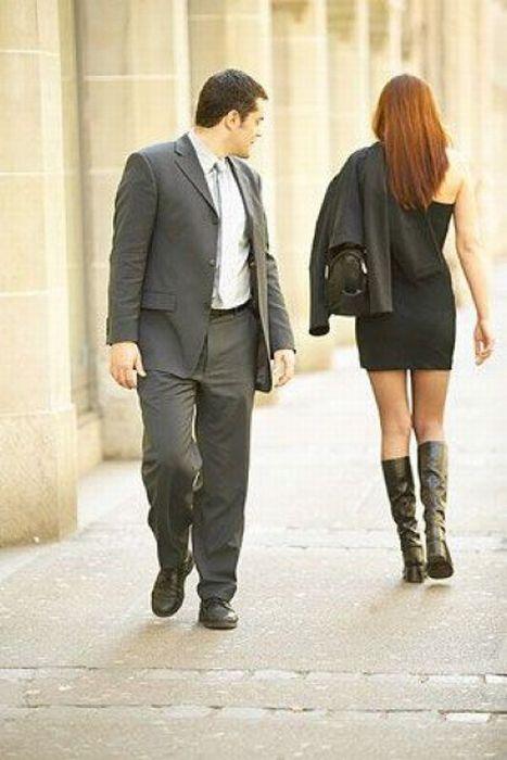 Мужчина смотрит на женщину с ног до головы