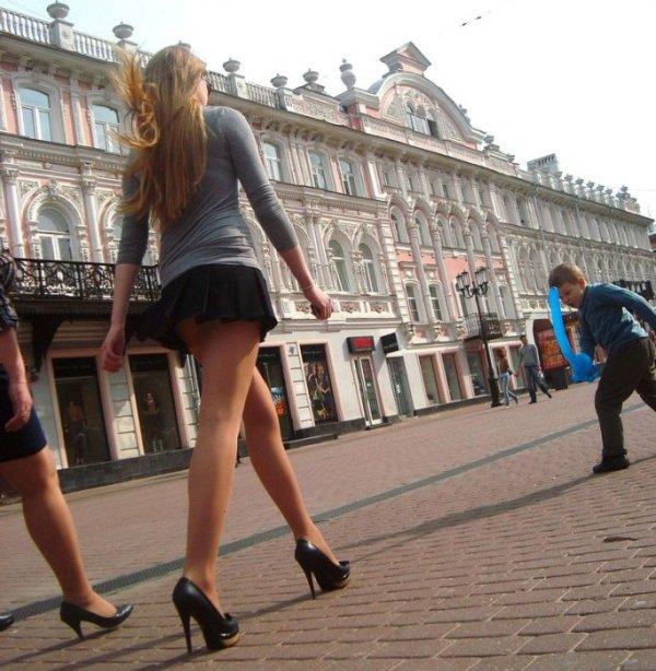 девушки в мини юбках ветер