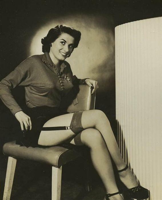 Ретро фотографии женщин в годах сидя в юбках разнообразные позы, брызги из влагалища при оргазме