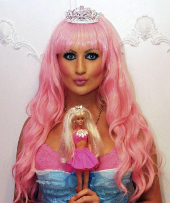 Одержимая красотой куклы барби