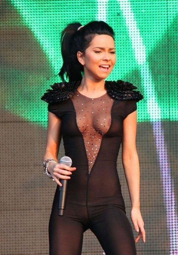 Откровенный костюм певицы Inna на концерте Summerfestival, 18+ (17