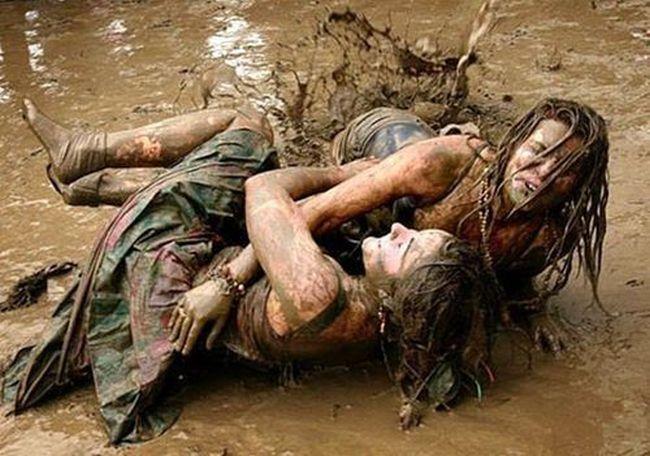 Девчонки в грязи, стонет частное видео