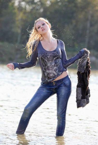 фото мокрой девушка в вещах
