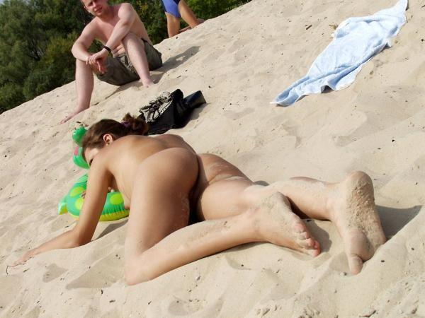 Голые на пляже фото киев