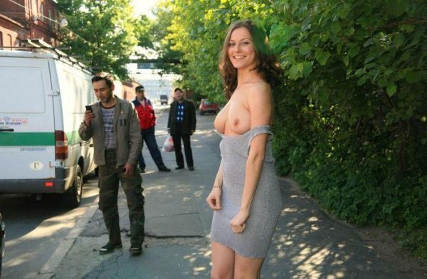 фото женщин раздеваются прямо на улице