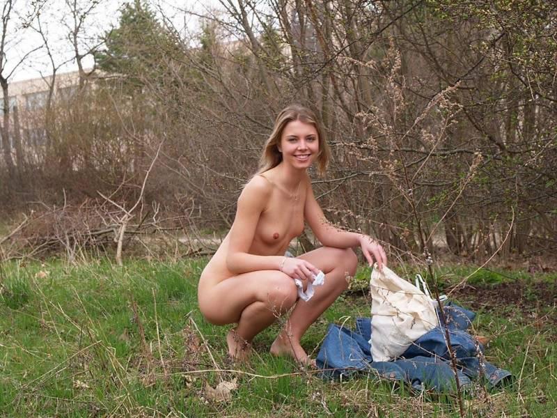 девушки в лесу раздеваются фото