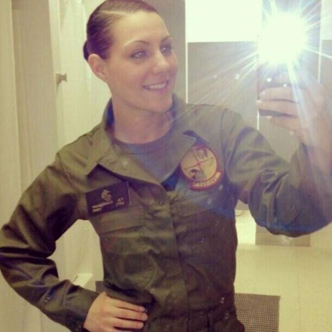 А ведь правду горят, что девушки в военной форме выглядят очень