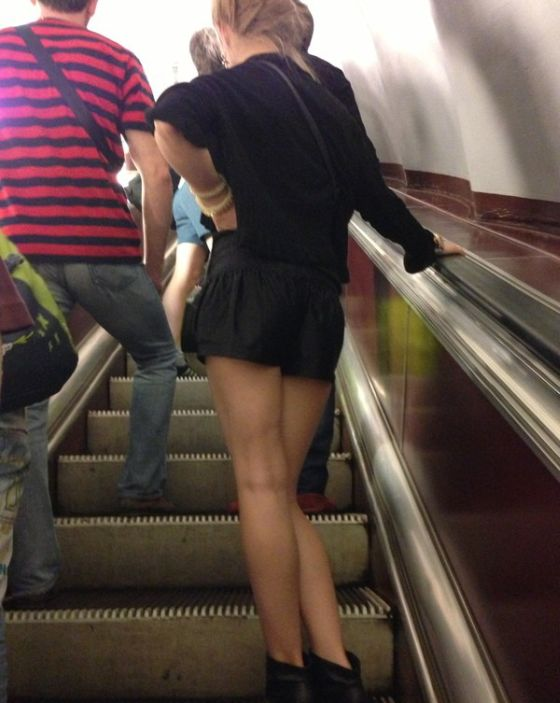 Ролики задирают юбки на эскалаторе метро