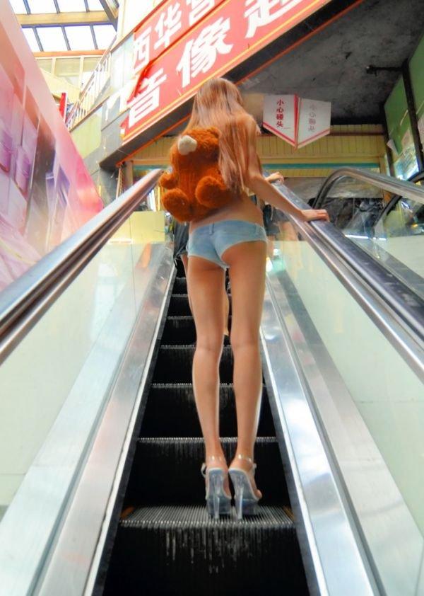 Короткие юбки на улицах города