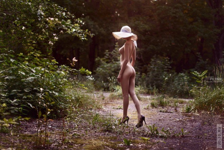фото голые девушки в шляпках