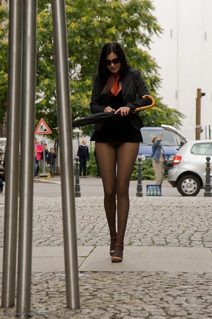Женские ножки в колготках на улице фото