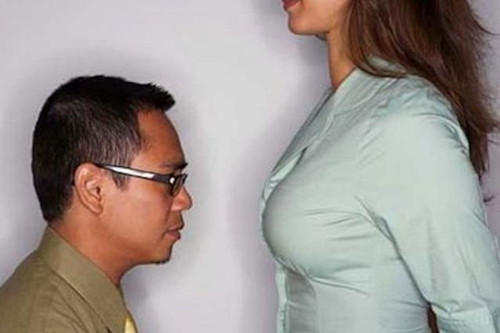Смотреть чуваку очень нравится грудь