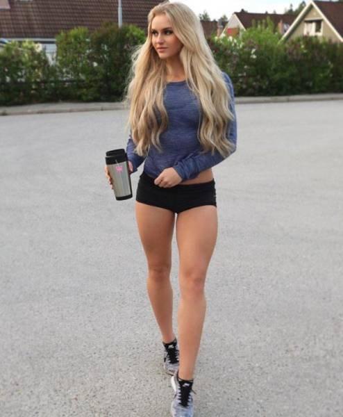 Очаровательные девушки в коротких шортах (34 фото)