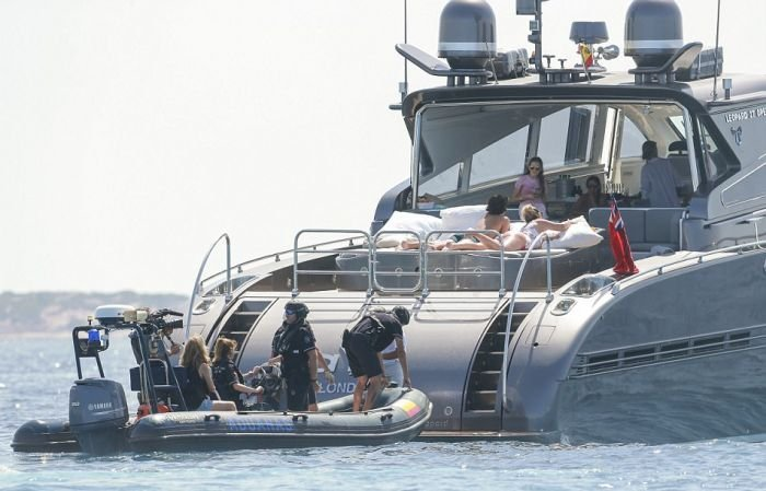 Налоговые инспекторы обыскали яхту Криштиану Роналду (6 фото)