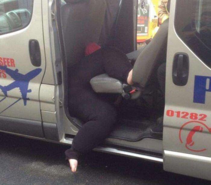 Тучная женщина застряла в такси (2 фото)