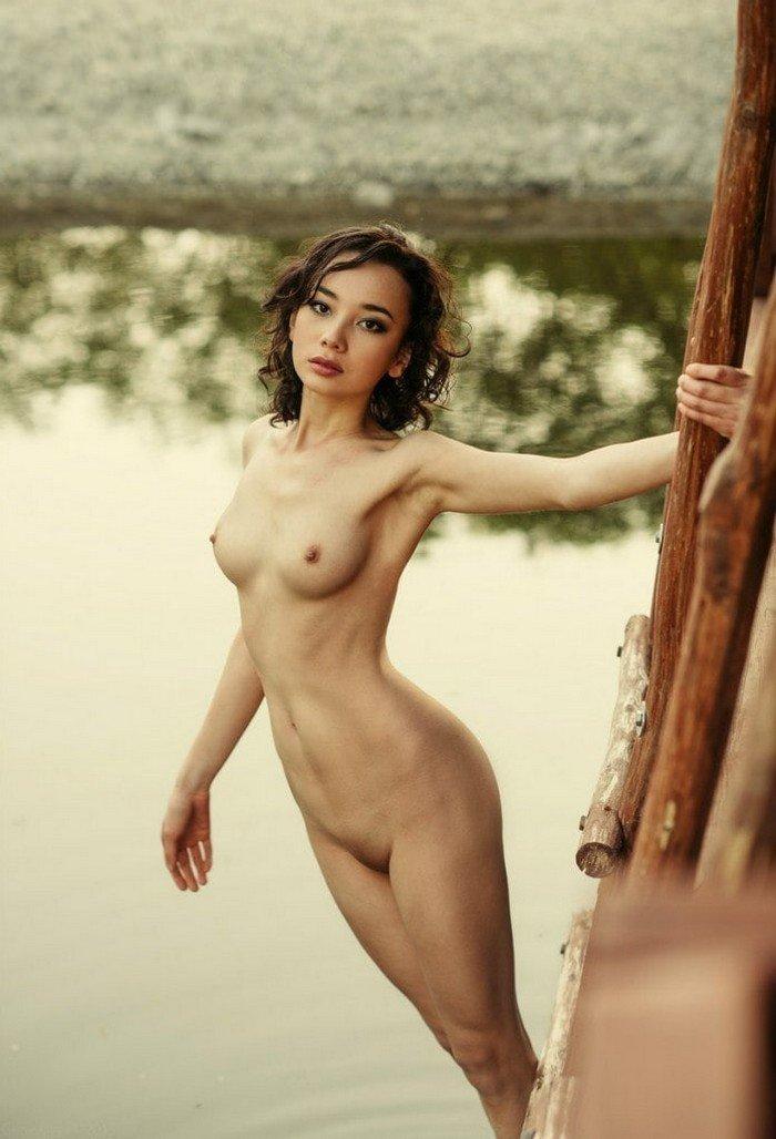 Обнаженные девушки на фоне воды (35 фото)