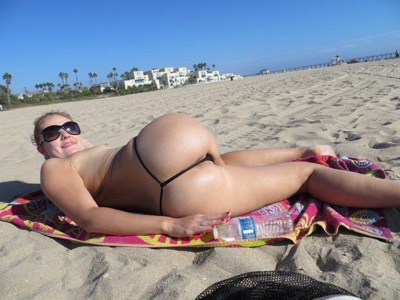 девки на пляже в стрингах спереди и сзади фото
