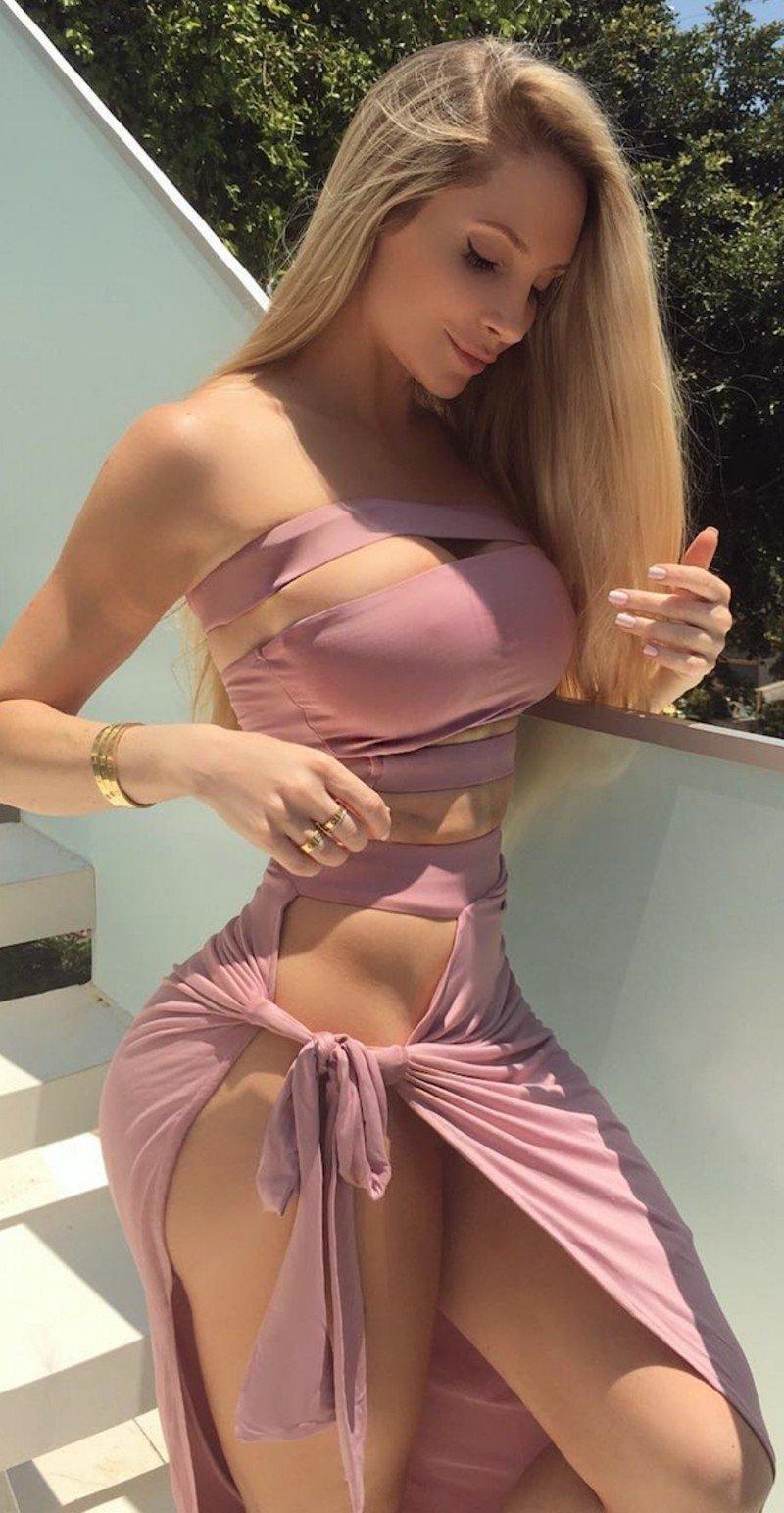 Сексуальные девушки в купальниках и нижнем белье (40 фото)