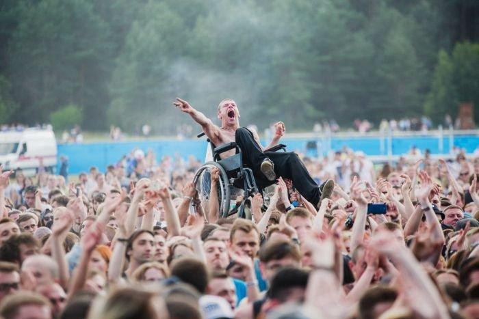 На минском рок-концерте толпа подняла на руки парня в инвалидной коляске (2 фото)