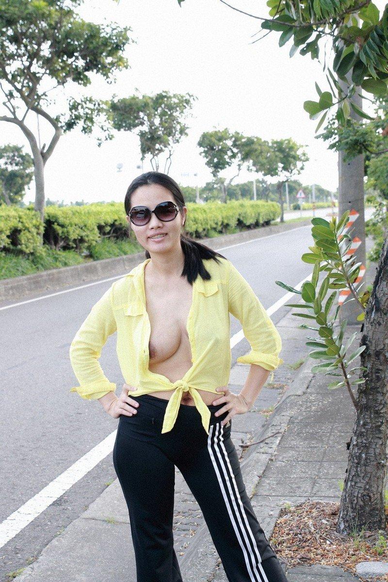 Азиатки хулиганят в общественных местах (33 фото)