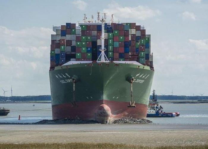 16 буксиров помогали севшему на мель контейнеровозу CSCL Jupiter (3 фото)