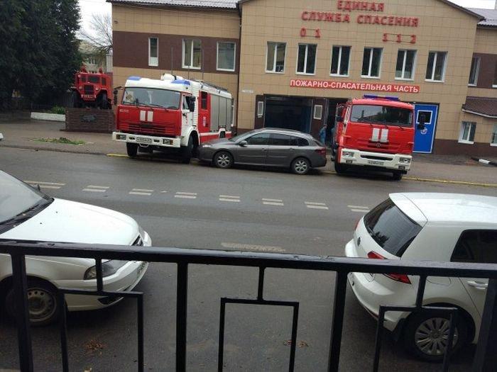 Пожарные проучили водителя (3 фото)