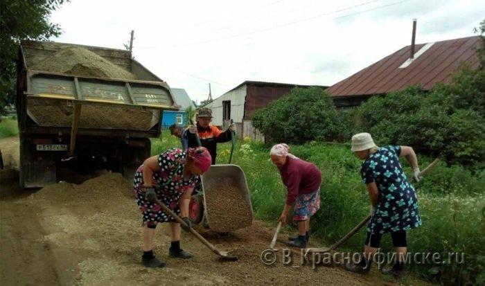 В Свердловской области пенсионерки провели ремонт дороги (3 фото)