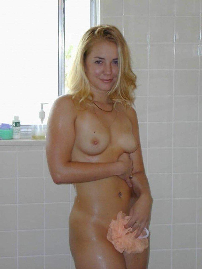 Девушки в ванной комнате и душе (24 фото)