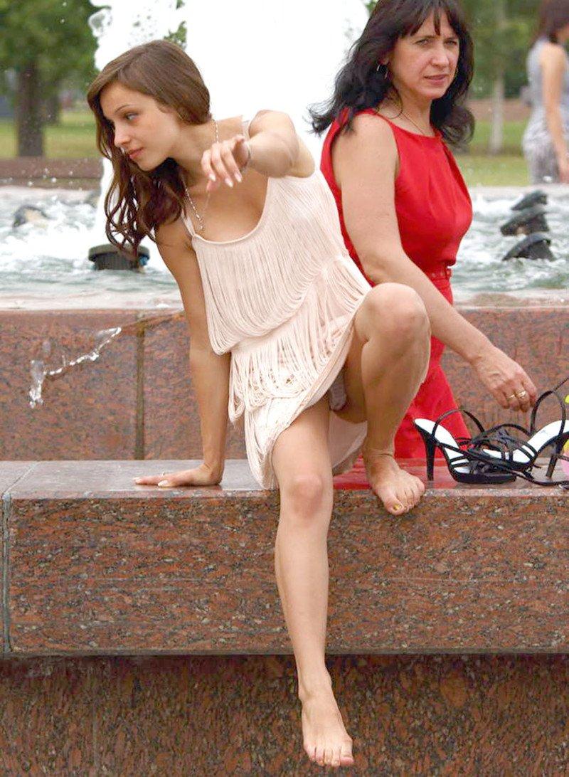 Подглядывания под платья фото, сексапильную брюнетку имеют во все щели