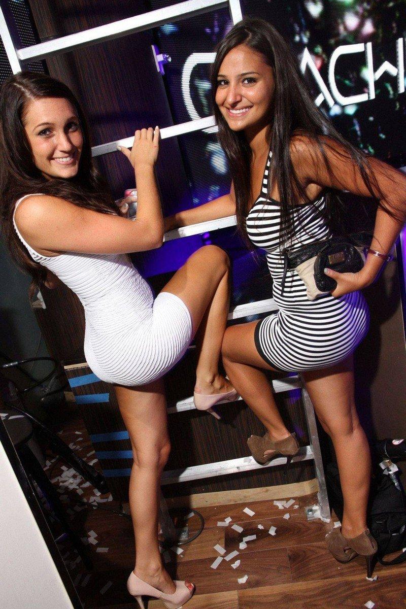 Девушки в обтягивающих платьях (35 фото)