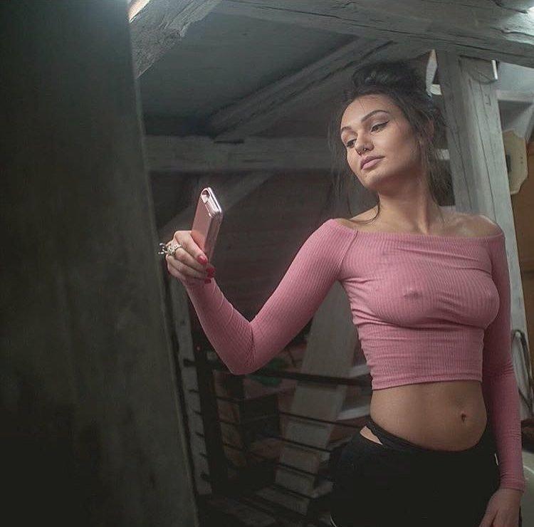 Девушки без бюстгальтеров (35 фото)