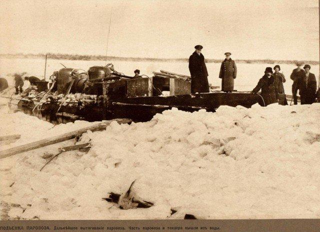 Операция по поднятию паровоза со дна реки Зея, 1911 год (10 фото)