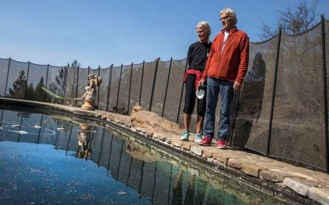 Пожилая семейная пара провела 6 часов в бассейне, спасаясь от пожара (3 фото)