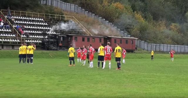 Самый необычный футбольный стадион в мире (4 фото)