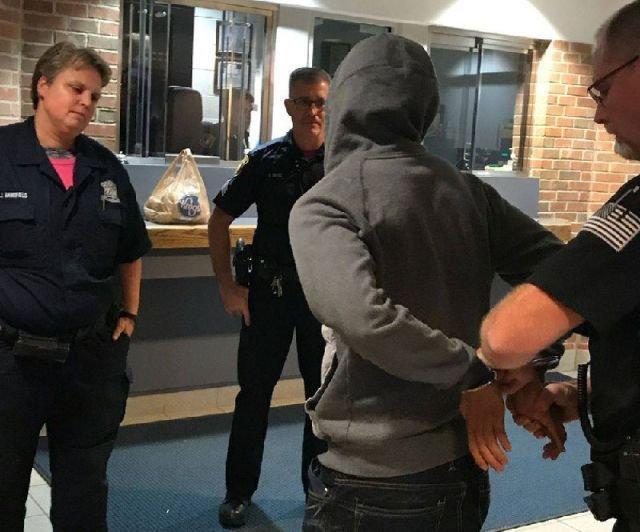 В США разыскиваемый преступник поспорил с полицейским и сдался, проиграв спор (4 фото)
