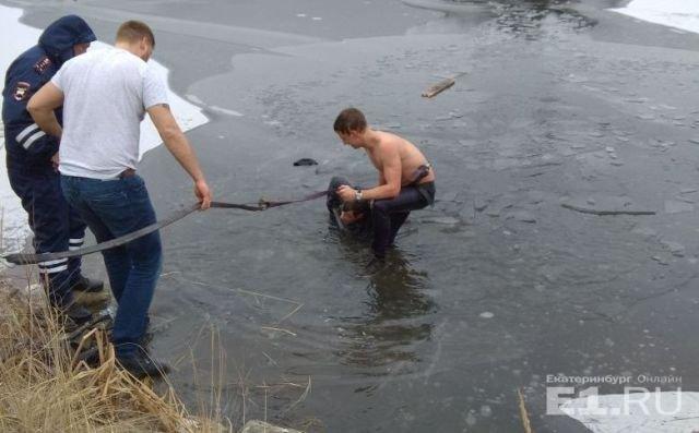 В Екатеринбурге парень бросился в ледяную воду, чтобы спасти тонущего рыбака (фото)