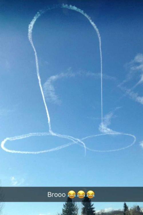 ВМС США извинились за пенис в небе, нарисованный летчиком (3 фото)