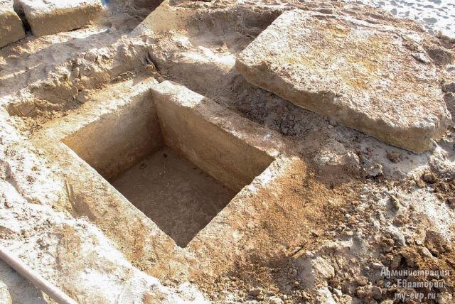 В Евпатории обнаружили могилу дохристианского периода (5 фото)