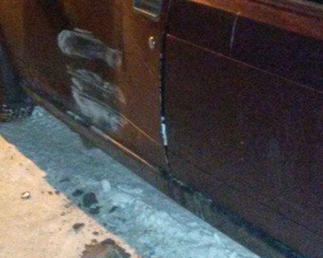 В Новосибирске виновник ДТП оставил деньги на ремонт ВАЗа (4 фото)