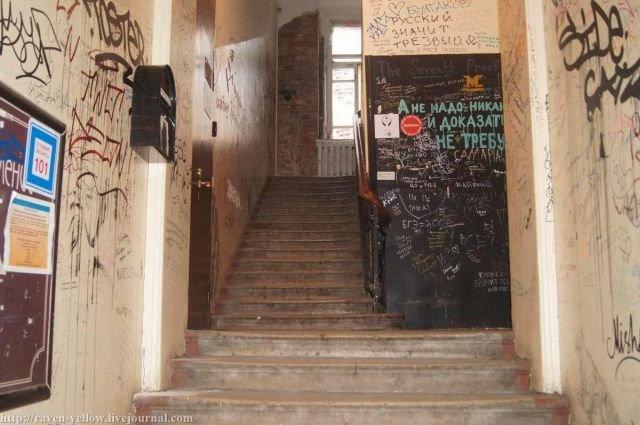 Подъезд дома с «нехорошей квартирой», расписанный поклонниками Булгакова (7 фото)