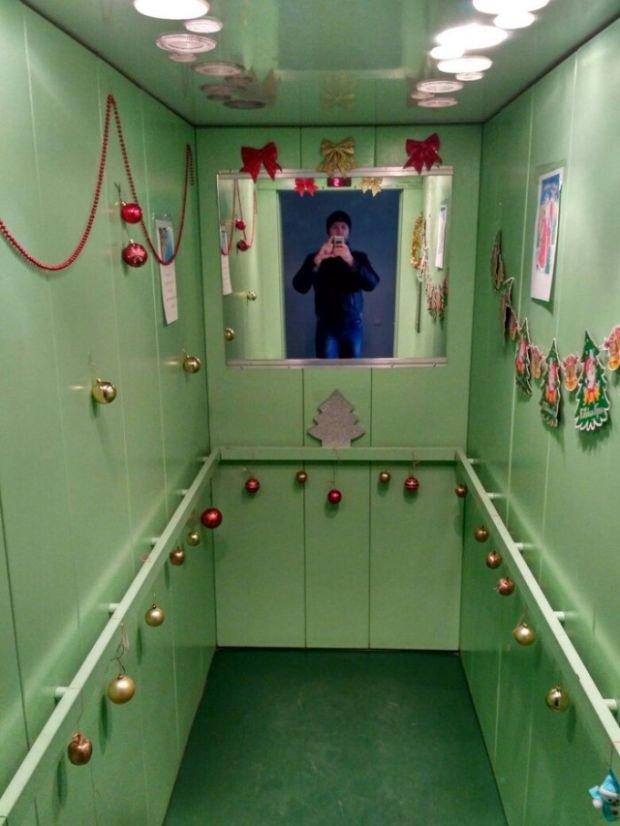 Соседи украсили лифт к Новому году (2 фото)
