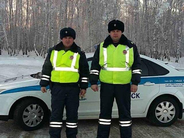 Полицейские спасли дальнобойщика, который едва не замерз на трассе Омск - Новосибирск (2 фото)