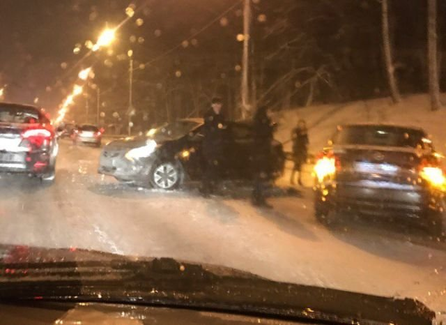 В Санкт-Петербурге участники ДТП слепили снеговиков пока ждали ДПС (3 фото)